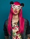 与桃红色头发的美好的时装模特儿 免版税库存照片