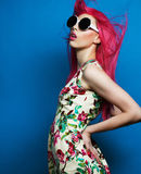 与桃红色头发的美好的时装模特儿 库存照片