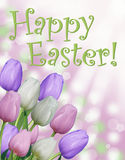 与桃红色紫色和白色郁金香和抽象bokeh背景的愉快的复活节卡片文本 免版税库存照片