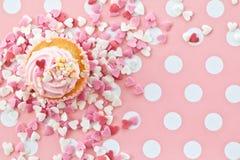 与桃红色结霜的一点杯形蛋糕 图库摄影