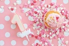 与桃红色结霜的一点杯形蛋糕 库存图片