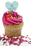 与桃红色结霜的华伦泰杯形蛋糕 图库摄影