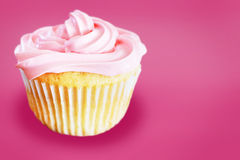 与桃红色结霜的香草杯形蛋糕 库存图片