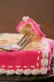 与桃红色结霜的黄蛋糕 免版税库存图片