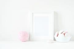 与桃红色ranunculos的软的最小的框架构成 免版税图库摄影