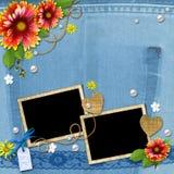 与框架、花、鞋带和豌豆的牛仔布背景 免版税图库摄影