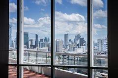 与框架窗口和城市背景的企业当代会议室办公室运作的概念 免版税库存照片