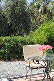 与桌和椅子的室外庭院场面 免版税库存图片
