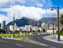 与桌山在背景中,南非的开普敦地平线 免版税库存图片