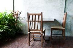 与桌的两把椅子在庭院里 免版税库存照片