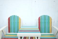 与桌的五颜六色的木海滩长凳在底层上 库存照片
