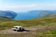 与桌的在山和海背景的观点和长凳  免版税库存照片
