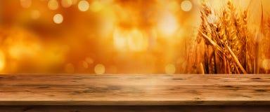 与桌的金黄bokeh秋天背景 库存图片