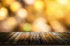 与桌的金黄bokeh背景 免版税图库摄影