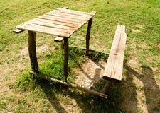 与桌的长凳在公园 免版税库存照片