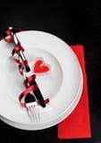 与桌设置的情人节晚餐在红色和典雅的心脏装饰品 免版税库存照片
