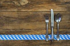 与桌餐位餐具的巴法力亚食物或慕尼黑啤酒节背景 库存图片