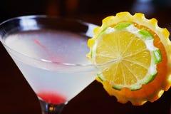 与桔子和一棵樱桃片断的装饰的明亮的可口鸡尾酒在玻璃的底部在桌上在restaura 库存照片