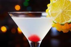 与桔子和一棵樱桃片断的装饰的明亮的可口鸡尾酒在玻璃的底部在桌上在restaura 免版税图库摄影