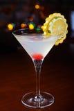 与桔子和一棵樱桃片断的装饰的明亮的可口鸡尾酒在玻璃的底部在桌上在restaura 免版税库存照片