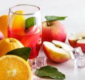 与桔子和苹果切片的新鲜的混合糖浆 免版税库存图片