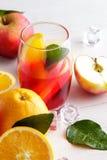 与桔子和苹果切片的新鲜水果拳打茶点的 库存照片