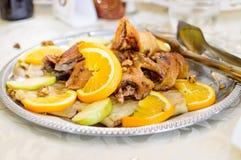 与桔子和苹果切片的炸鸡在盛肉盘 免版税库存图片