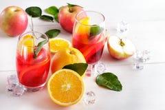 与桔子和苹果切片的自创混合糖浆茶点的 免版税库存照片