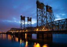 与桥梁和reflecti的壮观的美好的晚上风景 免版税库存照片