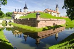 与桥梁的古老城堡和在它附近的一条河 免版税库存图片