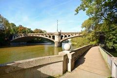 与桥梁的河沿横跨伊萨尔河河在慕尼黑,巴伐利亚德国 库存照片
