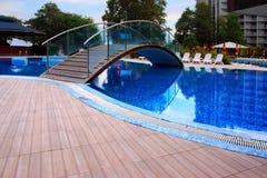 与桥梁的游泳池 图库摄影