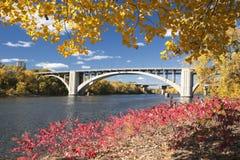 与桥梁的秋天颜色在密西西比河,明尼苏达 库存照片