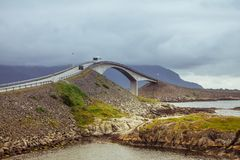 与桥梁的美丽如画的挪威海风景 免版税库存图片