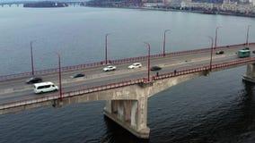 与桥梁的都市风景有交通的通过河 股票视频