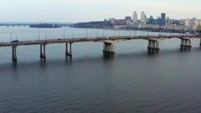 与桥梁的都市风景有交通的通过河 影视素材