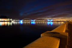 与桥梁的黑暗的日落 免版税库存图片