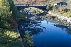 与桥梁的Afon Claerwen 平静的河在威尔士乡下 库存图片