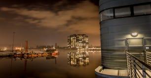 与桥梁controle塔的夜habour 免版税库存图片