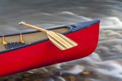 与桨的独木舟弓 免版税库存照片