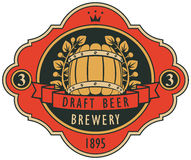 与桶、月桂树花圈和丝带的啤酒标签 库存例证