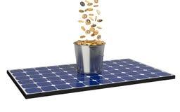 与桶的太阳电池板有很多硬币 库存图片