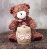 与桶的玩具熊 免版税库存图片