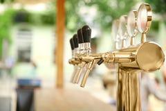 与桶装啤酒轻拍的酒吧柜台 库存图片