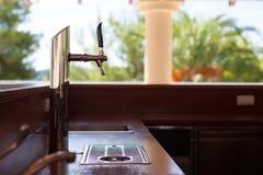 与桶装啤酒轻拍的空的酒吧 库存照片