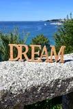 与梦想木标志的海岸在扶手栏杆和树 蓝色海,好日子 Rias拜克萨,西班牙 库存照片