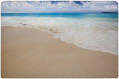 与梦想海滩的葡萄酒背景 免版税图库摄影