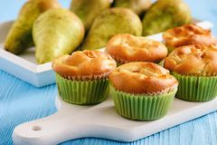 与梨充塞的自创甜松饼 库存照片