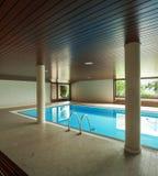 与梯子的室内游泳池 免版税图库摄影