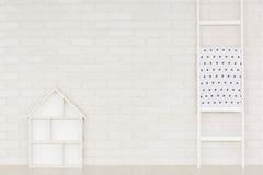 与梯子的白色家庭内部 免版税库存照片